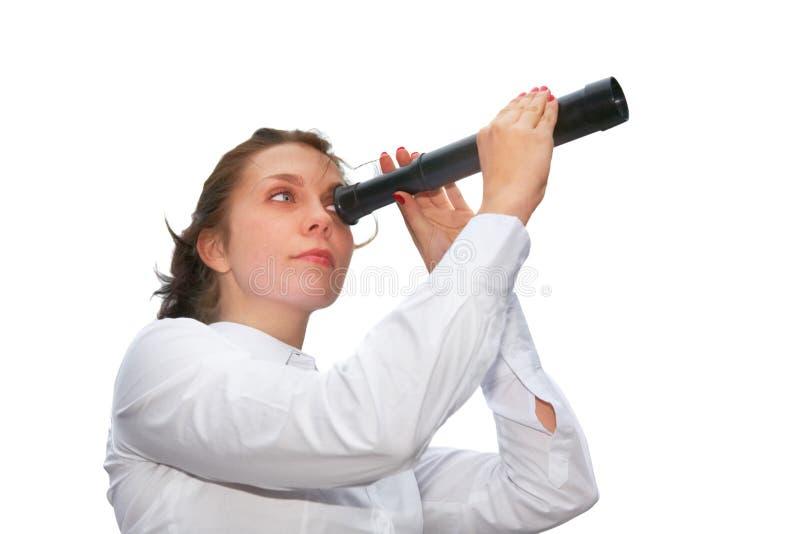 Mujer joven con el telescopio imagen de archivo libre de regalías