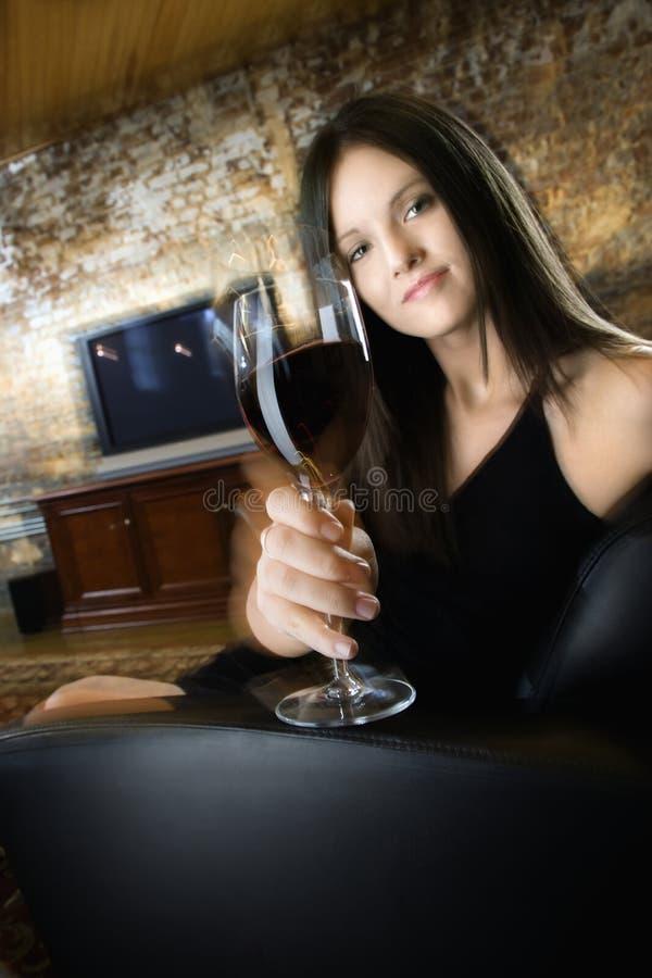 Mujer joven con el vino fotografía de archivo