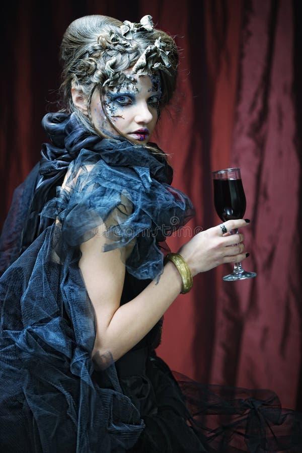 Mujer joven con el vino rojo fotografía de archivo