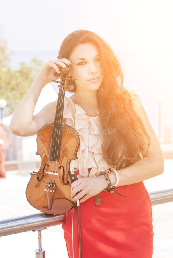 Mujer joven con el violín. fotos de archivo libres de regalías