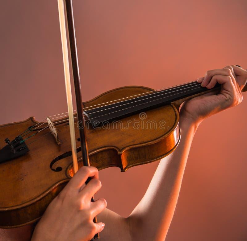Mujer joven con el violín imagen de archivo libre de regalías