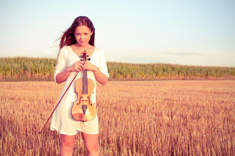 Mujer joven con el violín al aire libre fotos de archivo libres de regalías