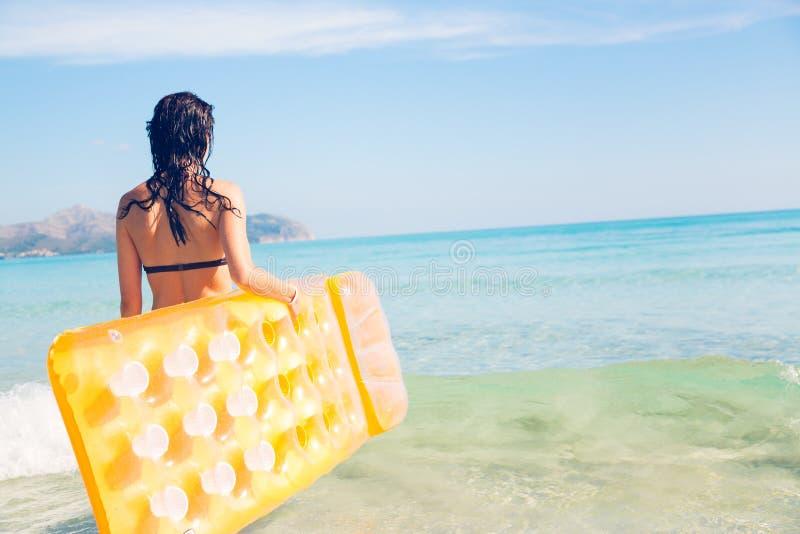 Mujer joven con la balsa de la piscina fotografía de archivo libre de regalías