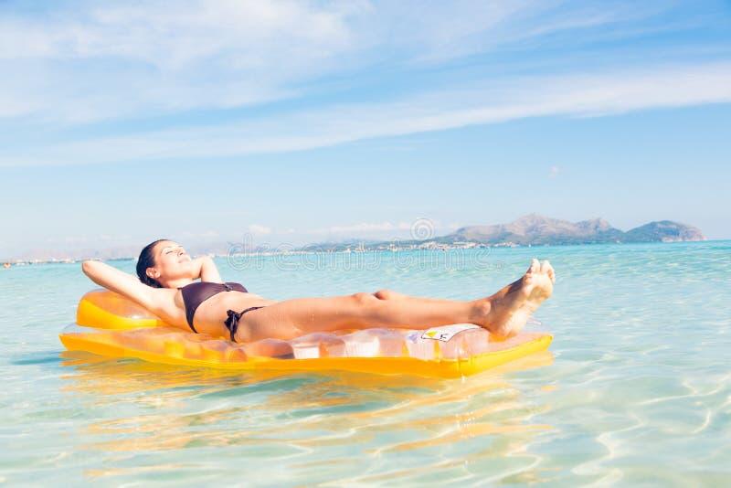 Mujer joven con la balsa de la piscina fotos de archivo libres de regalías