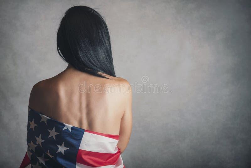 Mujer joven con la bandera americana foto de archivo libre de regalías