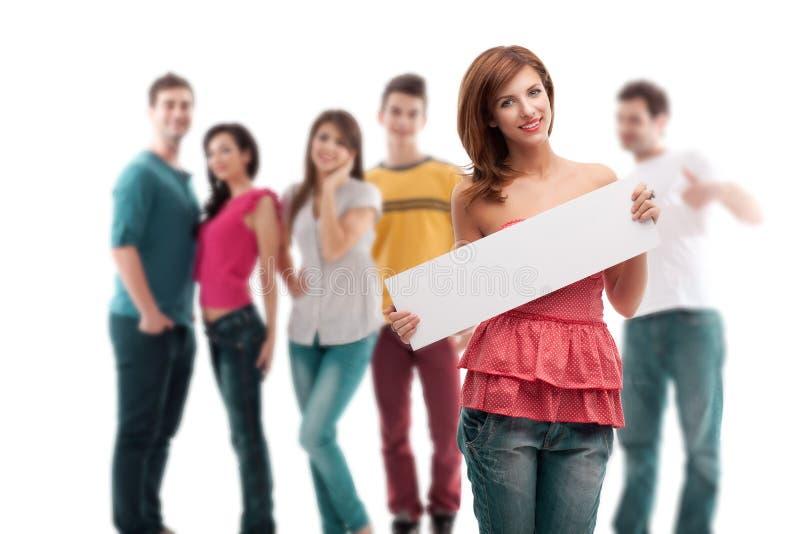 Mujer joven con la bandera en blanco del anuncio fotos de archivo