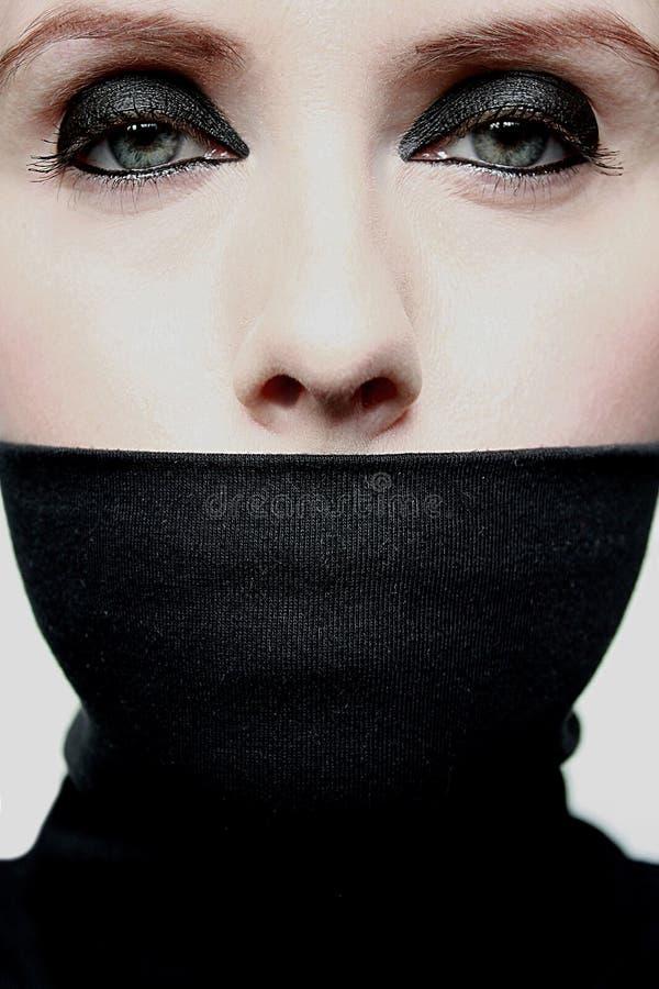 Mujer joven con la boca cubierta fotografía de archivo libre de regalías