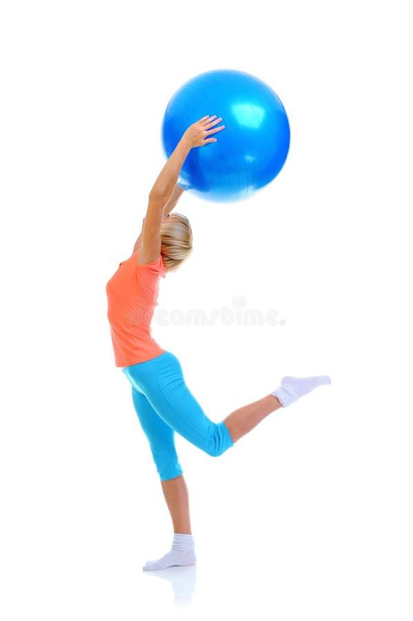 Mujer joven con la bola azul fotos de archivo libres de regalías