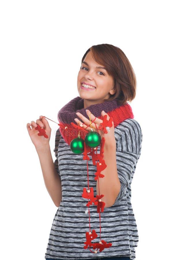 Mujer joven con la bola de la Navidad