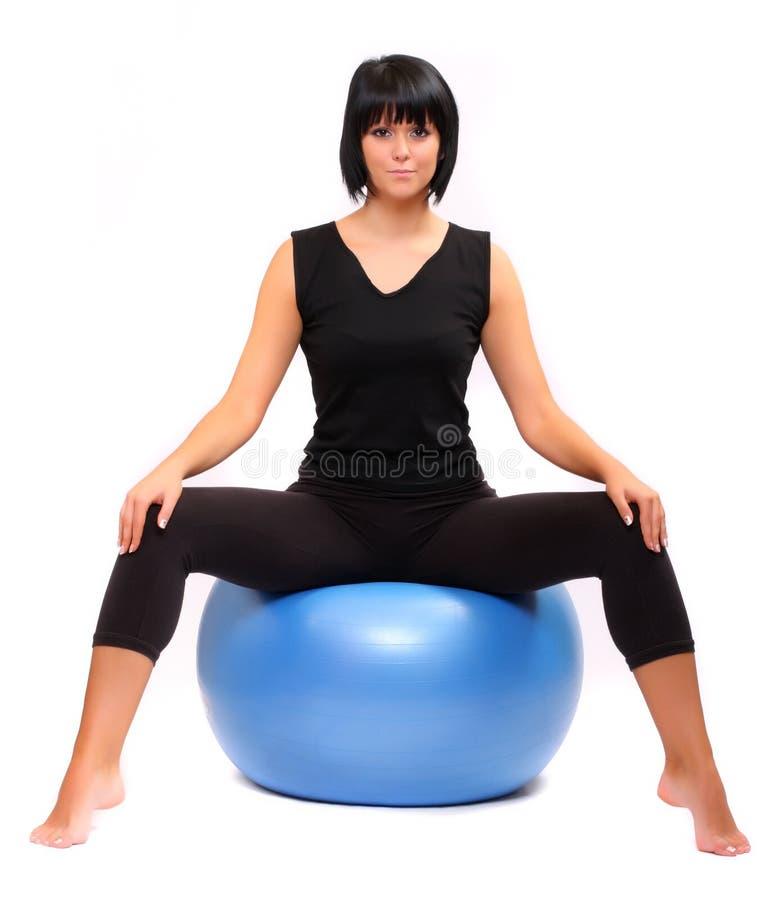 Mujer joven con la bola de los pilates. fotos de archivo