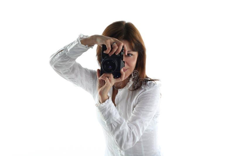 Mujer joven con la cámara vieja imágenes de archivo libres de regalías