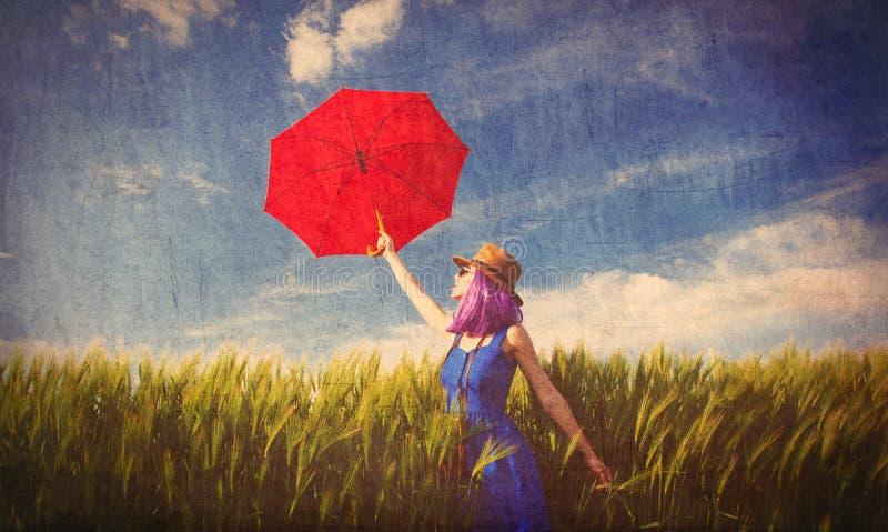 Mujer joven con la cámara y el paraguas imagen de archivo