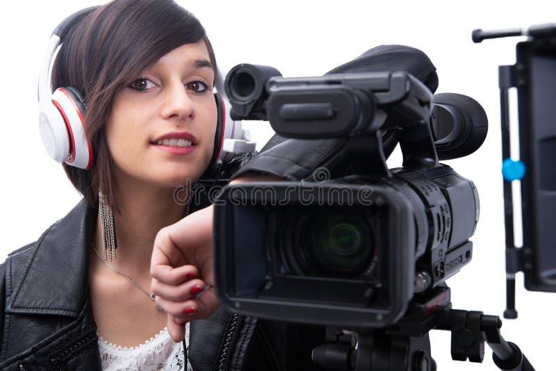 Mujer joven con la c?mara de v?deo profesional, en blanco foto de archivo libre de regalías