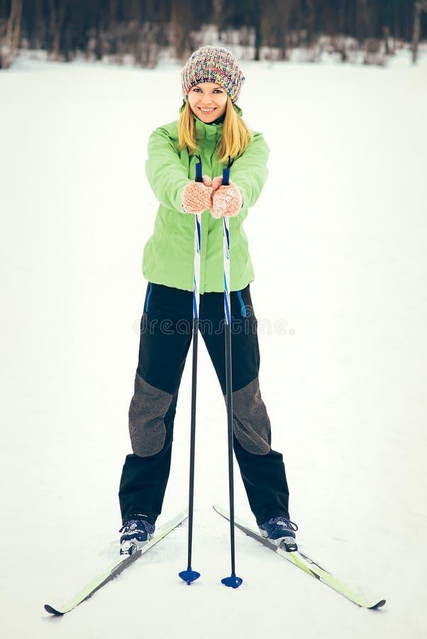 Mujer joven con la cara sonriente feliz del esquí imágenes de archivo libres de regalías
