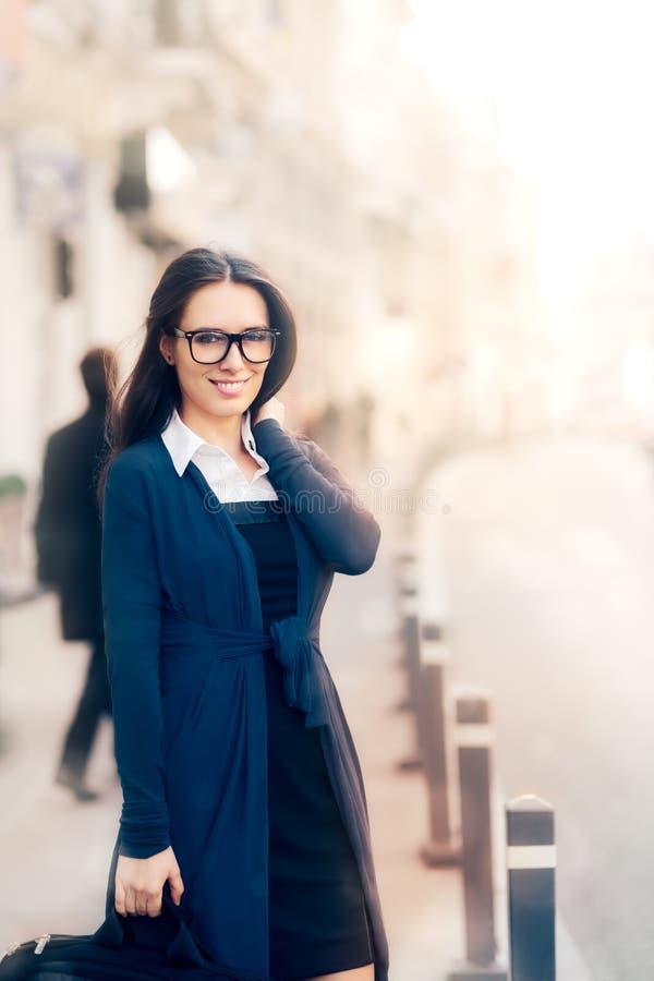 Mujer joven con la cartera afuera fotos de archivo libres de regalías