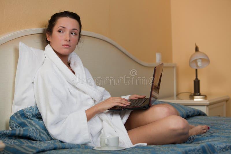 Mujer joven con la computadora portátil. imagen de archivo libre de regalías