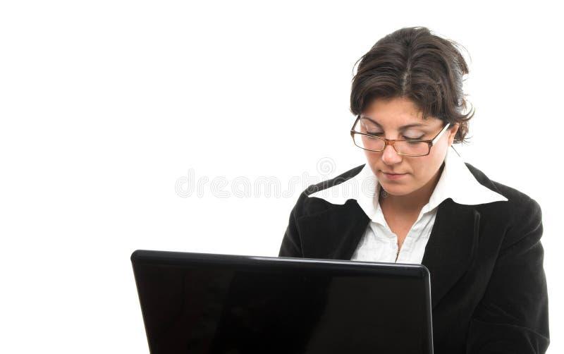 Mujer joven con la computadora portátil foto de archivo