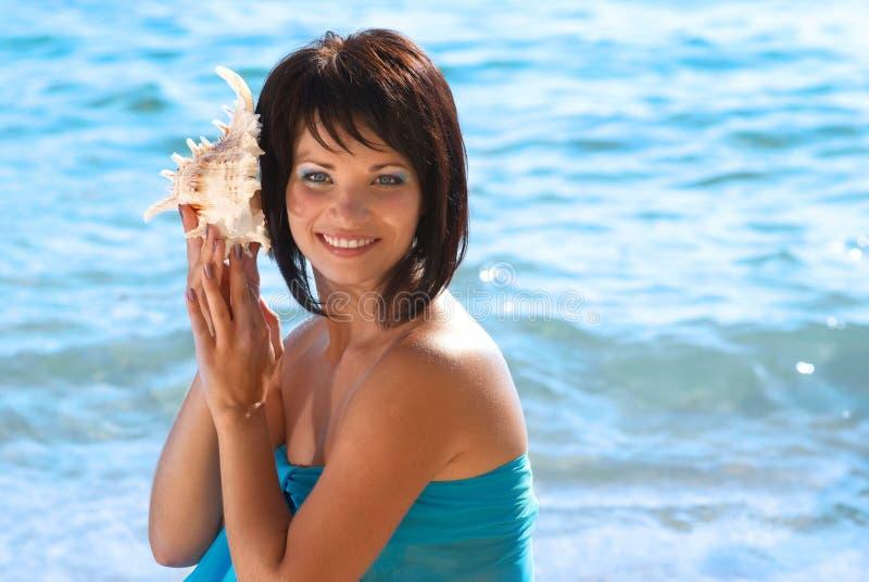 Mujer joven con la concha marina fotos de archivo