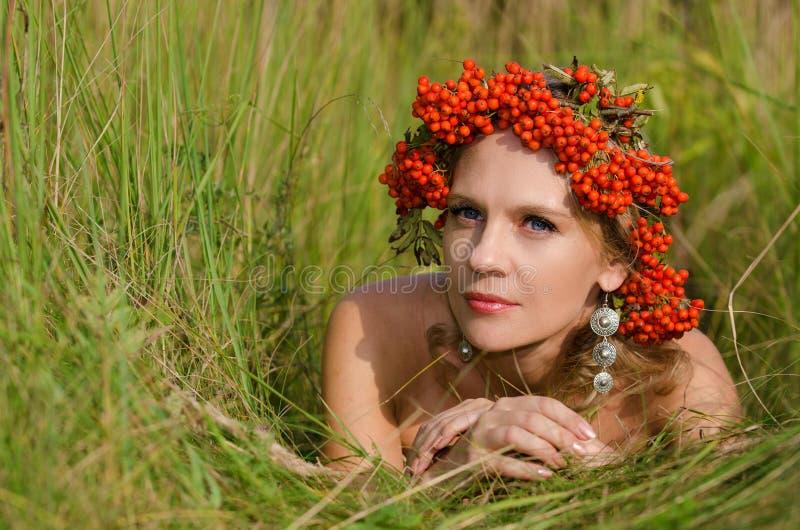 Mujer joven con la corona del serbal foto de archivo libre de regalías