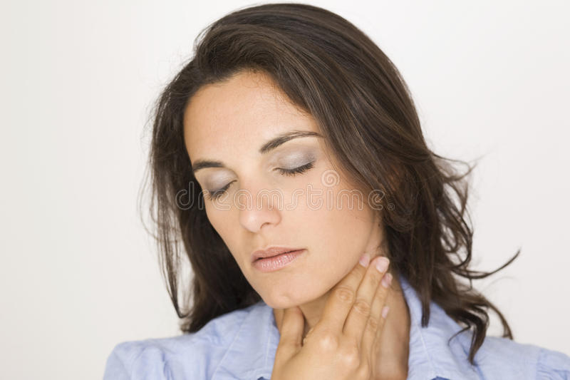 Mujer joven con la garganta dolorida foto de archivo libre de regalías