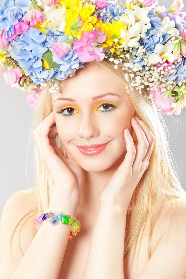 Mujer joven con la guirnalda de la flor imagen de archivo