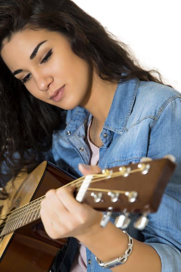 Mujer joven con la guitarra fotografía de archivo libre de regalías