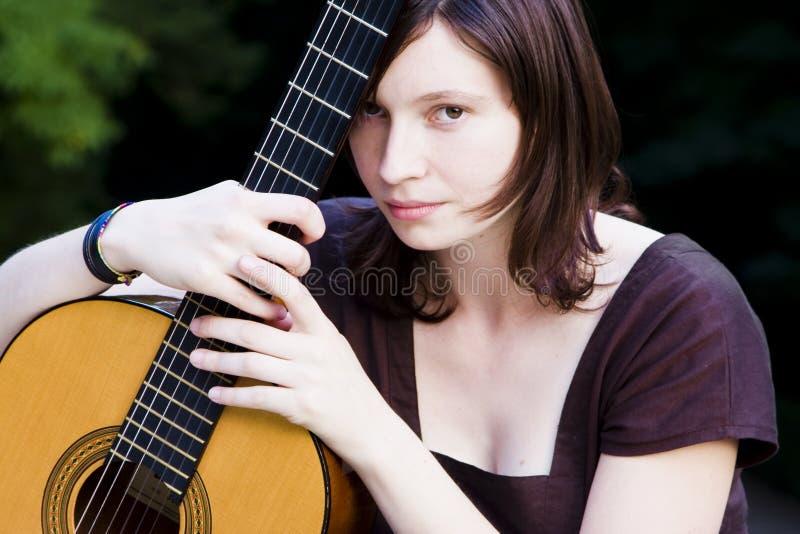 Mujer joven con la guitarra imagen de archivo libre de regalías