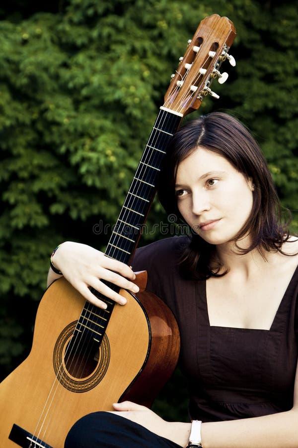 Mujer joven con la guitarra imagenes de archivo