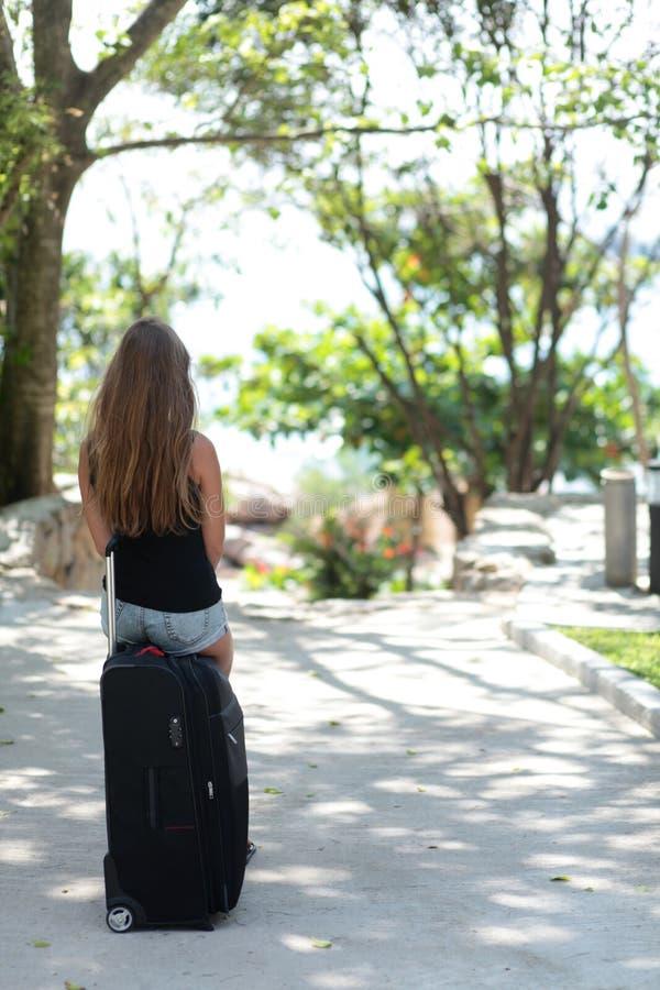 Mujer joven con la maleta imágenes de archivo libres de regalías