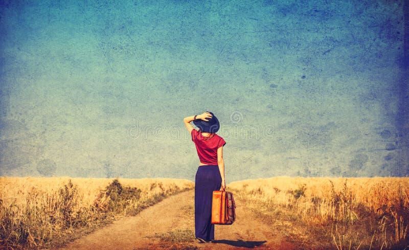 Mujer joven con la maleta imagenes de archivo