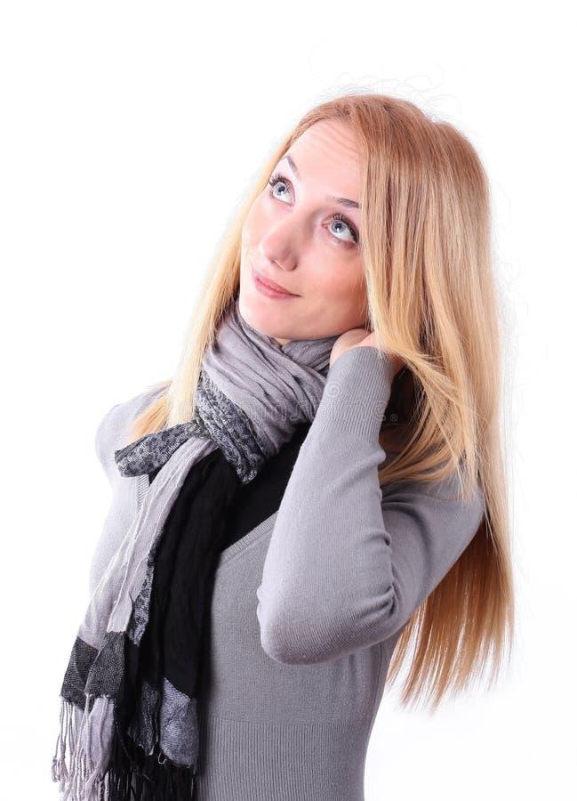 Mujer joven con la mano en el pelo fotos de archivo
