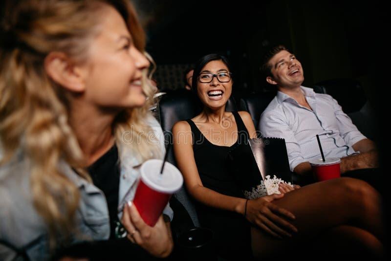 Mujer joven con la observación de los amigos imagen de archivo