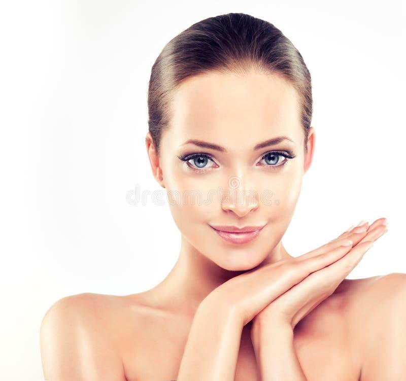 Mujer joven con la piel fresca limpia cosmetología imagen de archivo libre de regalías