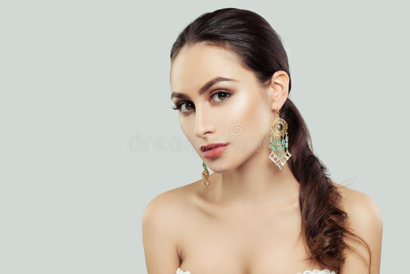 Mujer joven con la piel sana, maquillaje, imagen de archivo