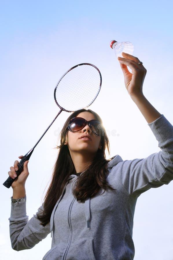 Mujer joven con la raqueta de bádminton imagen de archivo