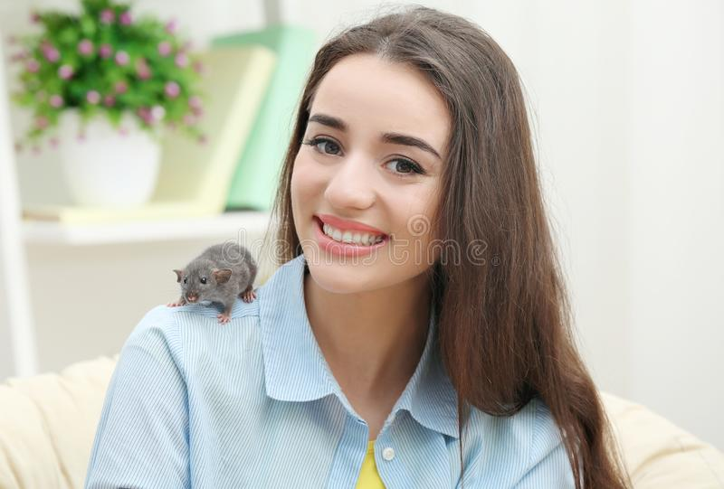Mujer joven con la rata divertida fotografía de archivo libre de regalías