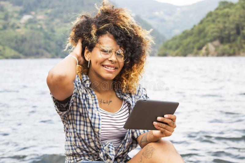Mujer joven con la tablilla fotografía de archivo