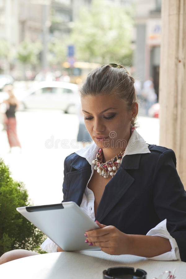 Mujer joven con la tablilla fotos de archivo