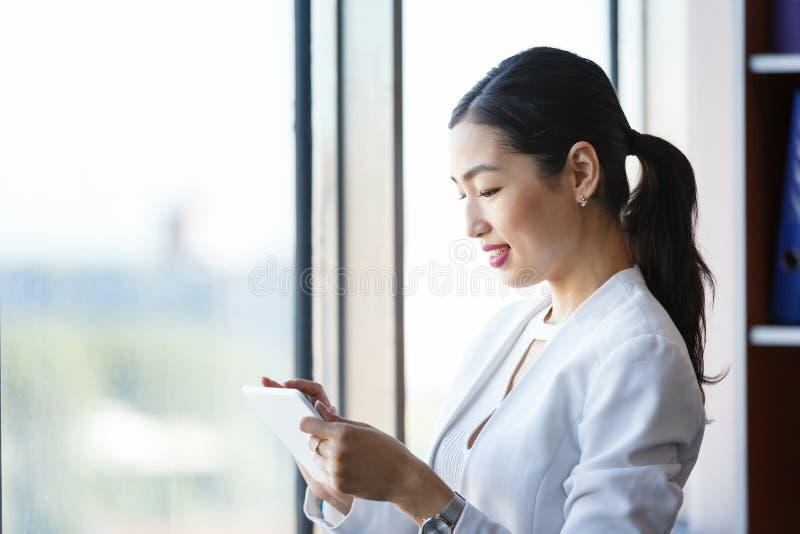 Mujer joven con la tablilla imagen de archivo