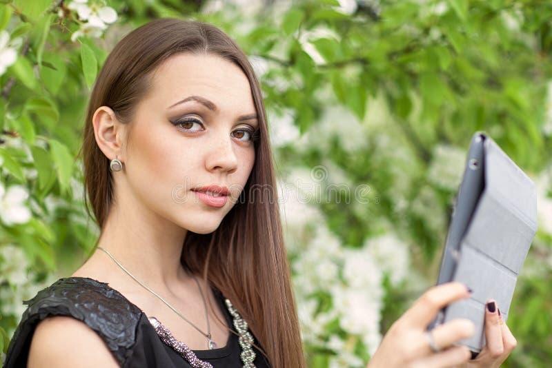 Mujer joven con la tablilla digital foto de archivo