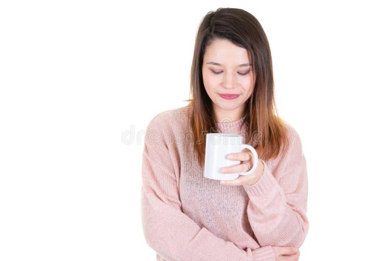 Mujer joven con la taza de miradas del café abajo del pensamiento pensativo fotos de archivo libres de regalías