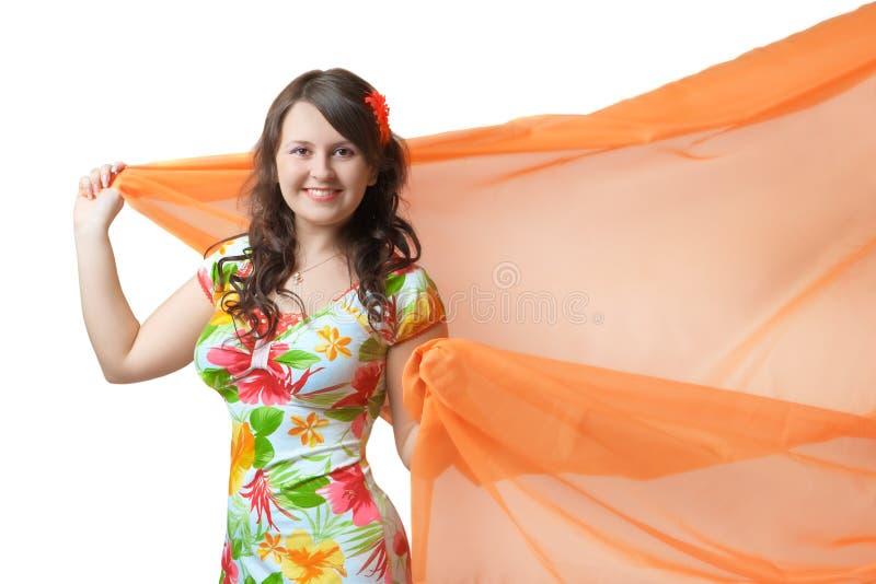 Mujer joven con la tela melocotón-rosada foto de archivo