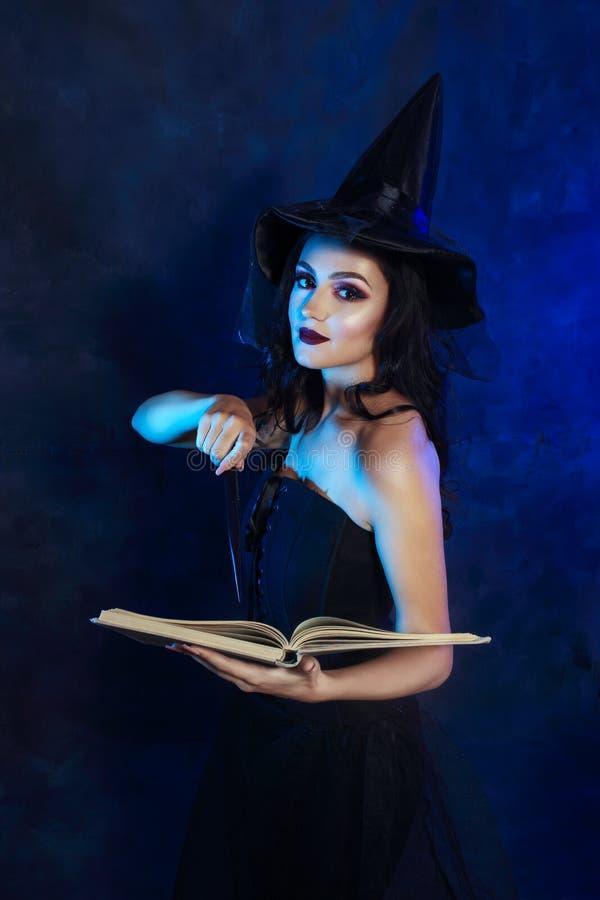 Mujer joven con la varita mágica imagen de archivo