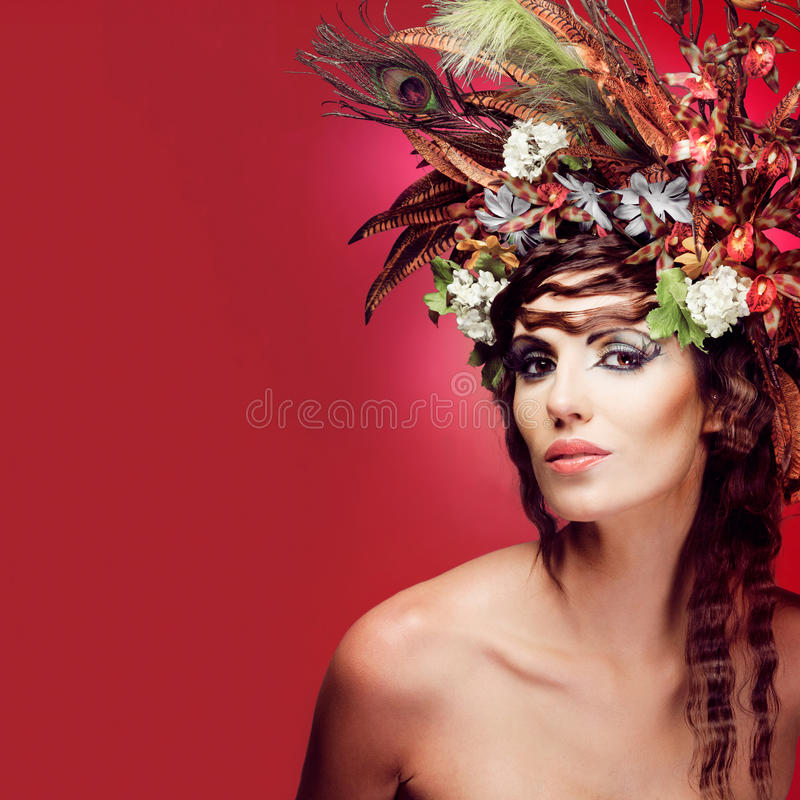Mujer joven con las flores coloridas en pelo. fotografía de archivo libre de regalías