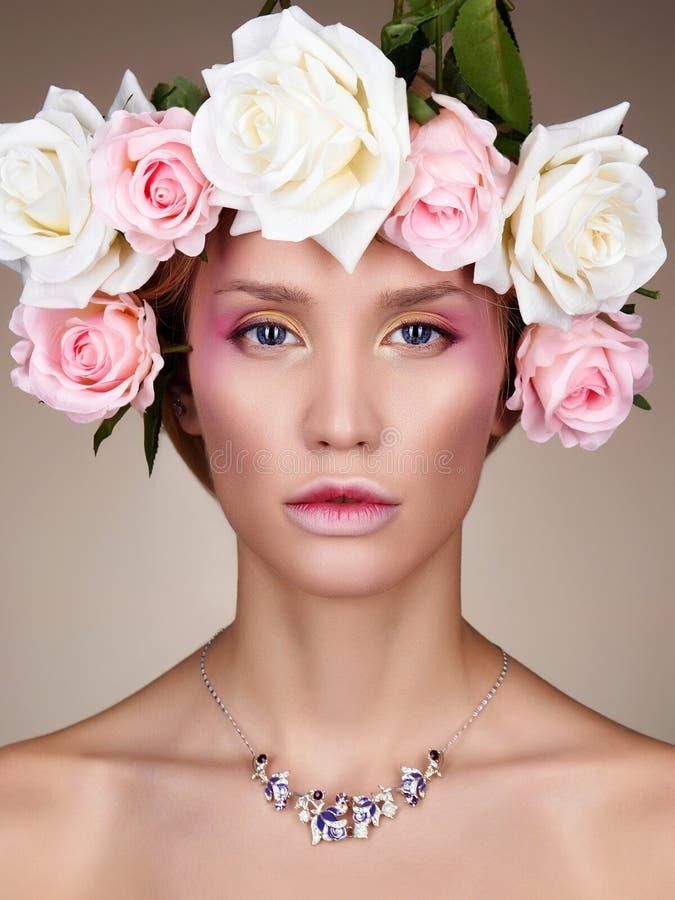 Mujer joven con las flores en pelo foto de archivo libre de regalías