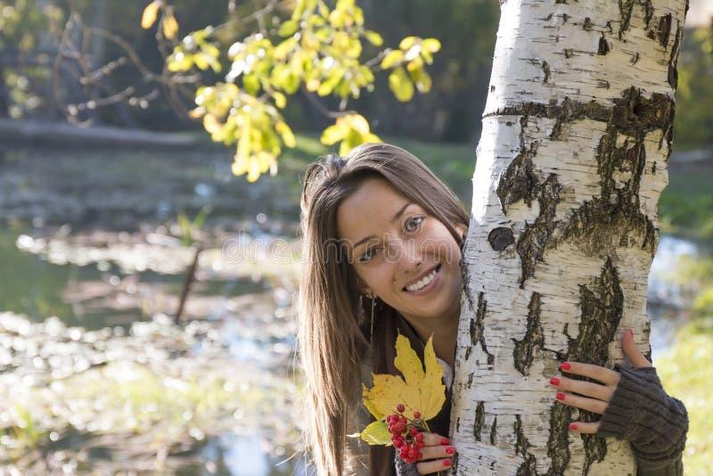 Mujer joven con las frutas y las hojas rojas del amarillo a disposición imágenes de archivo libres de regalías