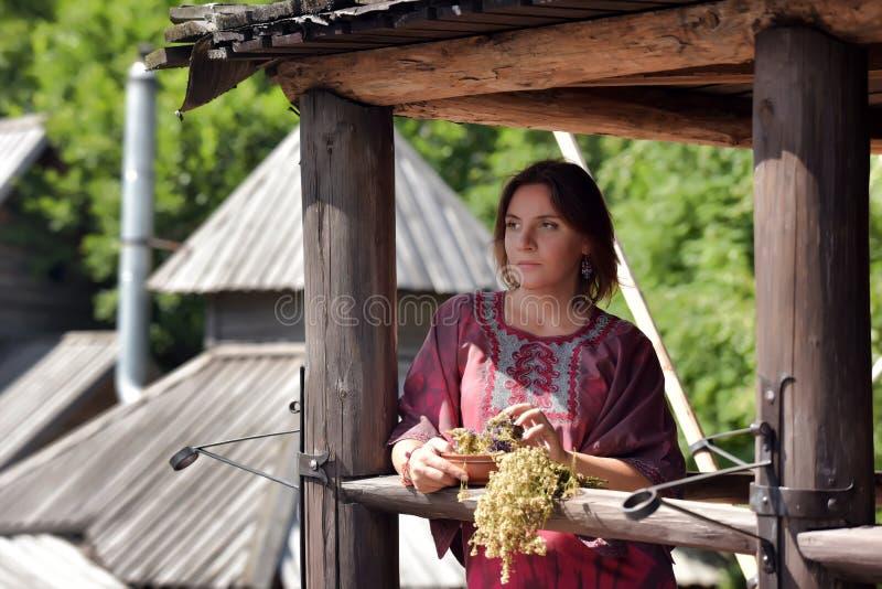 Mujer joven con las hierbas secadas imagen de archivo libre de regalías