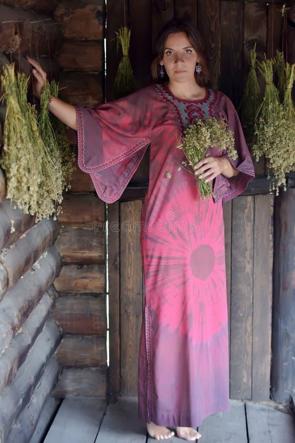 Mujer joven con las hierbas secadas fotografía de archivo