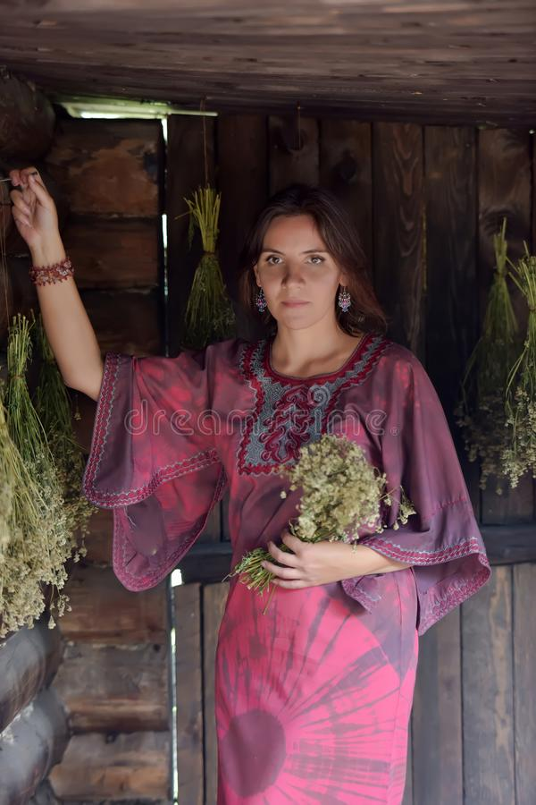 Mujer joven con las hierbas secadas imágenes de archivo libres de regalías