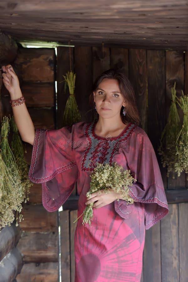 Mujer joven con las hierbas secadas fotos de archivo libres de regalías